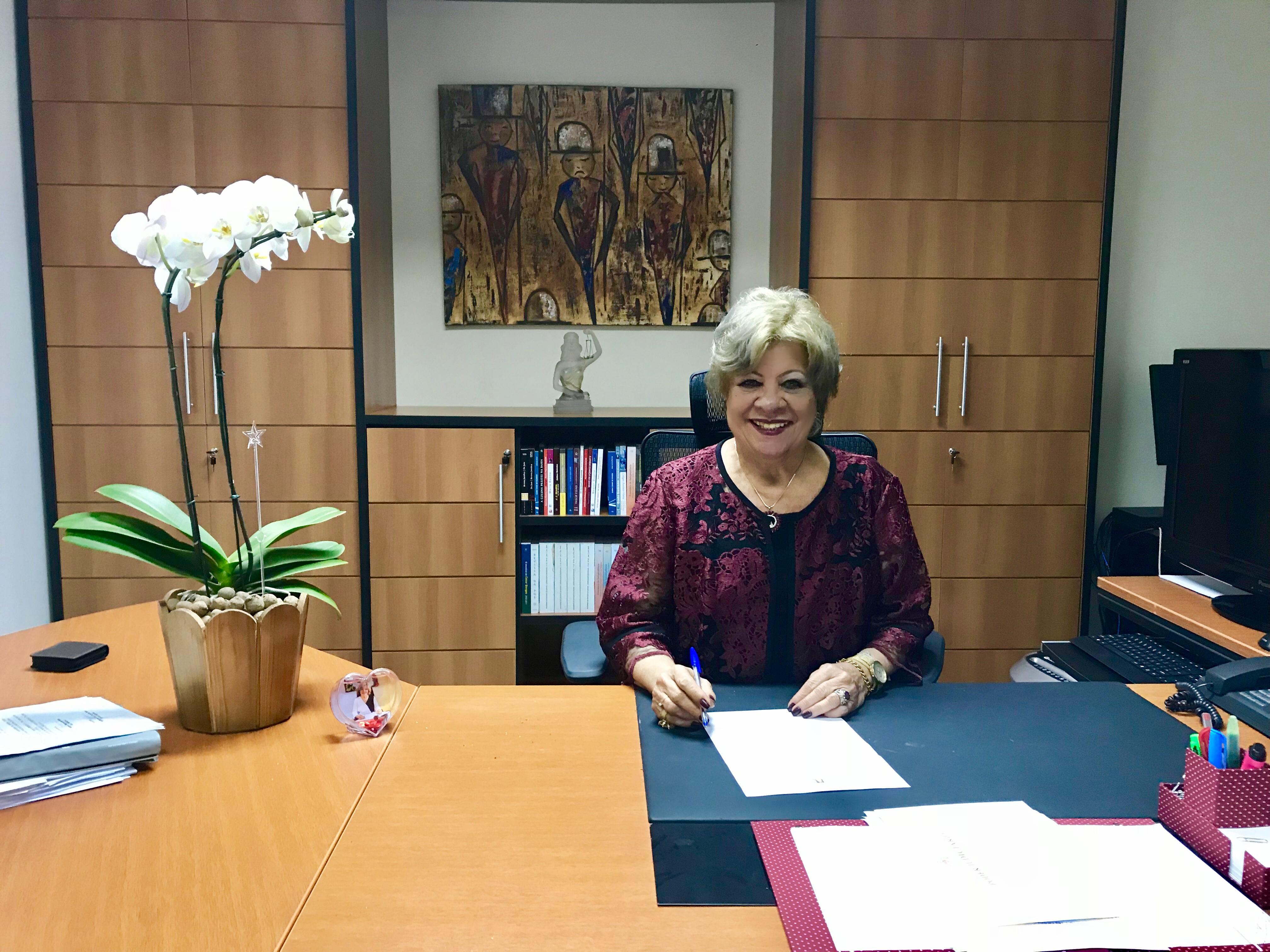 Desa Maria da Graça em seu Gabinete